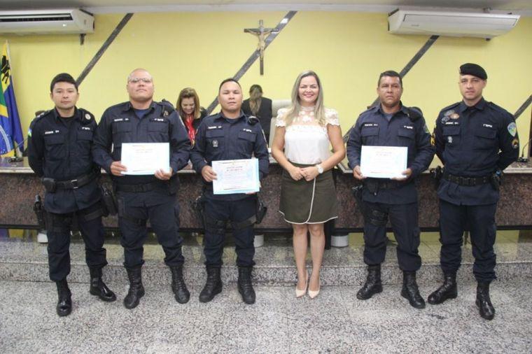HOMENAGEM – Vereadora Ada Dantas entrega Moção de Aplauso aos policiais que realizaram parto no meio do Rio Madeira