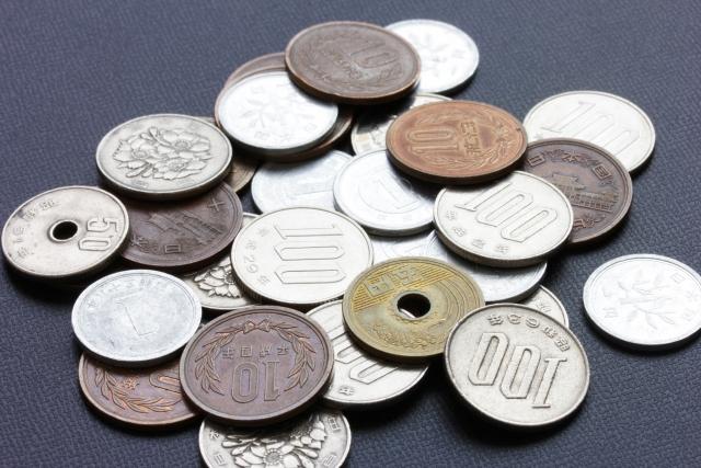 小銭が散乱する様子
