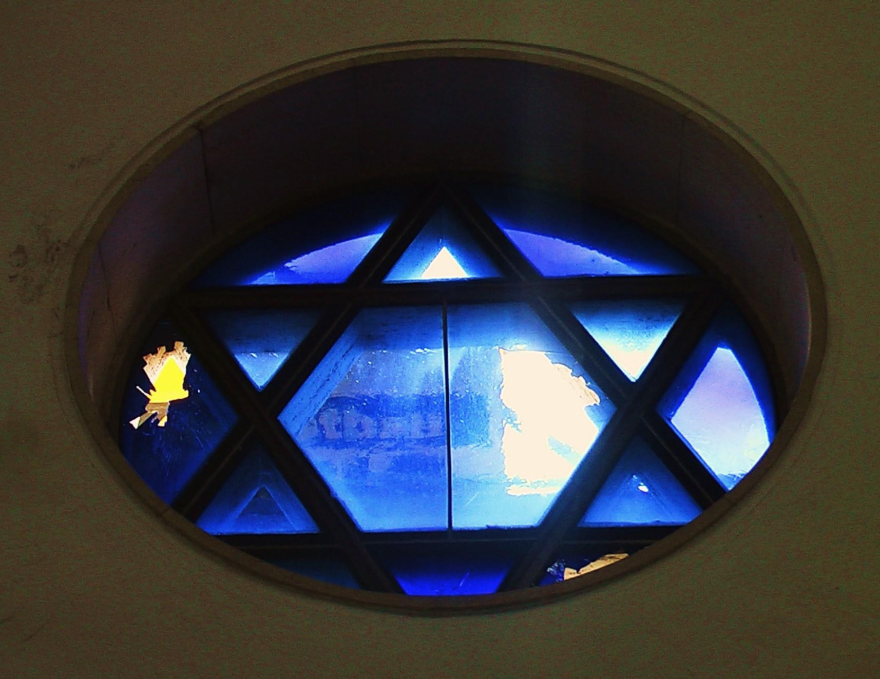 von drei Steinen getroffenes Magen-David-Fenster