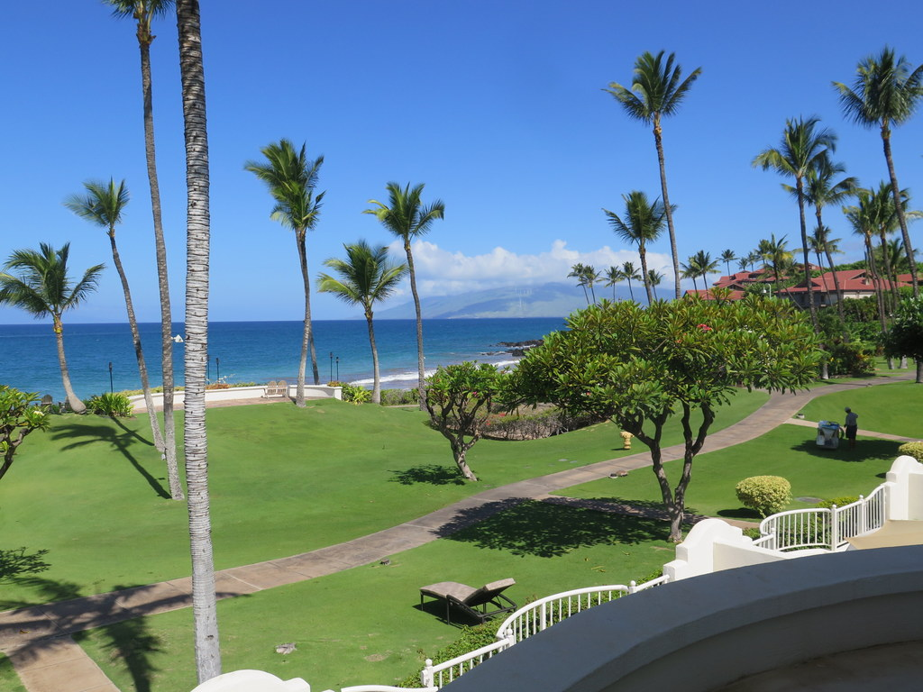 In addition to regular rooms, the Fairmont Kea Lani has suites near the ocean where you can arrange several rooms. They'll even have a chef come in and barbeque a meal for you.