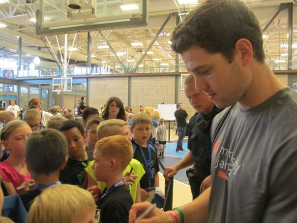 Jimmer-signing-autographs