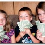 お金の使い方は両親の影響を受ける。子どもの金銭感覚を狂わせないために、親がやるべきこと。