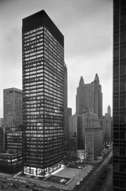 미스 반 데어 로헤와 필립 존슨의 공동 설계로 지어진 뉴욕 시그램 빌딩. 1958년 촬영. Ezra Stoller © Esto.