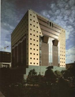 미국의 건축가 마이클 그레이브스 (Michael Graves)가 설계하여 1982년에 완공된 포틀랜드 빌딩. 현재 미국 오레건 주 포틀랜드 시 소재.