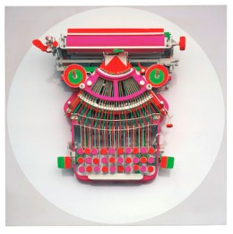 만프레트 쿠트너(Manfred Kuttner), 『타자기(Schreibmaschine)』 1963년, 재료: Typewriter, painted with fluorescent tempera paint, installed on wood 57.8 x 57.8 x 18.7 cm. Stiftung Museum Kunstpalast, Düsseldorf Inv.-Nr. 0.1996.8 Photo: Andreas Hirsch © Estate Manfred Kuttner.