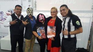 Miguel Reducindo y el luchador profesional Eléctrico (CMLL), Orlando el Furioso. Foto: cortesía Génesis Salinas.