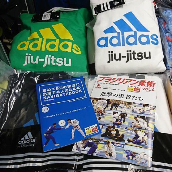 JBJJF(日本ブラジリアン柔術連盟)発行の機関誌「ブラジリアン柔術 vol.4」及び「初めてBJJの試合に出場する人のためのNAVIGATEBOOK」をJIN FIGHT adidas MMA & BJJにてご希望の方に無料配布しております。JIN FIGHT adidas 池袋店の店頭にてお申し付け頂くか、オンライン/モバイル店でご注文頂く際に注文フォームの「連絡事項」の欄に「ブラジリアン柔術 vol.4」同封希望、「初めてBJJの試合に出場する人のためNAVIGATEBOOK」同封希望のいずれか、又は両方をご記入ください。ご注文の商品に同封し送らせて頂きます。尚、当機関誌のみの発送はお受けしておりませんので予めご了承下さい。又、弊店に機関誌の在庫が無くなり次第、配布は終了させて頂きます。タイミングによってはご希望に沿えない場合がありますこと、ご理解の程宜しくお願い致します。#jbjjf #日本ブラジリアン柔術連盟 #機関誌 #ブラジリアン柔術vol.4 #初めてBJJの試合に出場する人 #JINFIGHTadidas #池袋 #無料配布中