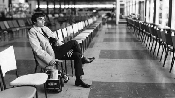 Jimmy Nicol นั่งรอเครื่องบินอย่างหงอยเหงาเพื่อกลับลอนดอน ที่สนามบิน Essendon