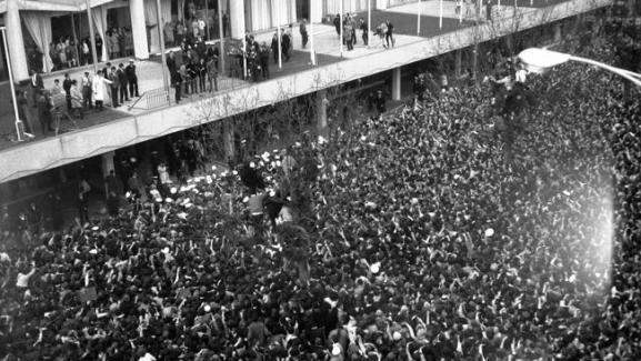 สมาชิก the Beatles ทั้ง ๔ และ  Jimmy Nicol โบกมือให้กับแฟนเพลงที่แห่มาตอนรับที่โรงแรม Southern Cross ในเมลเบิร์น