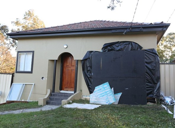 หน้าบ้านของชายหนักกว่า 300 กก.หลังฝาผนังห้องนอนด้านหน้าถูกรื้อออก