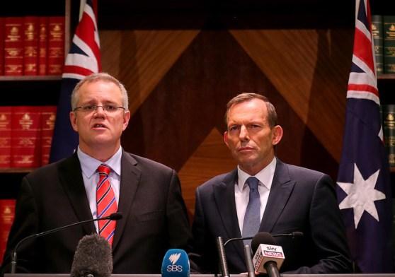 นาย Scott Morrison ร.มว.การเข้าเมืองและนาย Tony Abbott นายกรัฐมนตรีขณะแถลงข่าวใช้มาตรการแข็งกร้าวต่อต้านผู้ขอลี้ภัยลักลอบเข้าเมืองอย่างผิดกฎหมาย