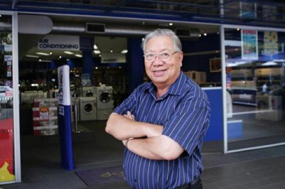 นาย Bing Lee เจ้าของห้าง Bing Lee ขายเครื่องไฟฟ้าระดับแนวหน้าของประเทศนามสกุล Lee ของเขากำลังก้าวเป็นอันดับหนึ่ง