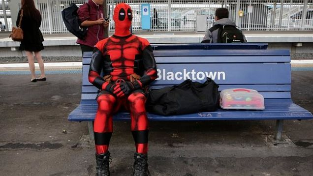 นาย Rueben Rose นั่งรอรถไฟเที่ยวต่อไปโดยมีอาวุธ (พลาสติก) ของเขาอยู่ในถุงและกล่องคัพเค้กที่จะไปขายยังที่ทำงานวางอยู่ข้าง ๆ