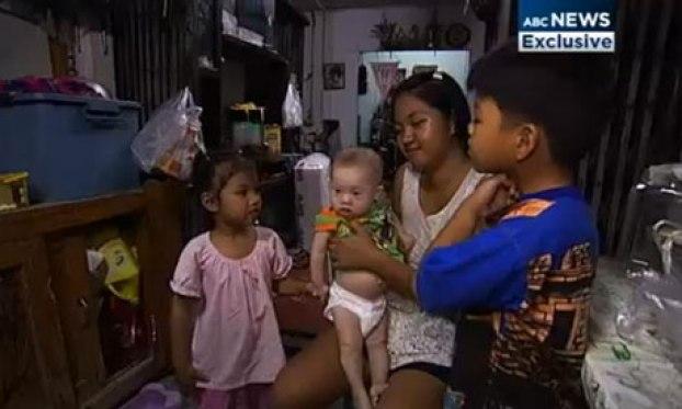 นาง  Phatharamol Chanbua และ Gammy ภาพนี้มาจากสำนักข่าว BBC ของอังกฤษแต่ต้นฉบับมาจากสำนักข่าว ABC ในออสเตรเลีย