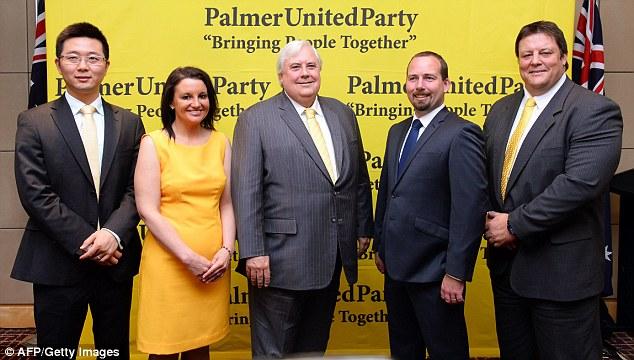 สมาชิกพรรค Palmer United (PUP) จากซ้ายไปขวาส.ว. Dio Wang, ส.ว. Jacqui Lambie ส.ส.  Clive Palmer, ส.ว. Glenn Lazarus  และส.ว. Ricky Muir  จากพรรค Australian Motoring Enthusiast (AMEP) ลงนามเป็นพันธมิตรกับพรรค PUP ที่เป็นผลให้พรรค PUP ถือดุลแห่งอำนาจในสภาสูง