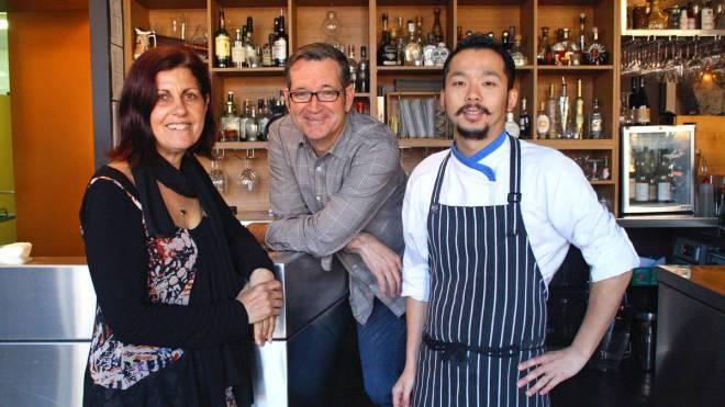 นาง Juliana Frisina, นาย Noel Brunning และนาย Kentaro Hoshi หัวหน้าเชฟของร้าน Mojo's