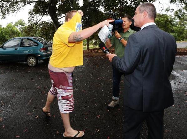 Nathan Thompson ขณะออกจากศาลแสดงความไม่พอใจสื่อมวลชน (ภาพชั่วคราวจากนสพ. the Telegraph)