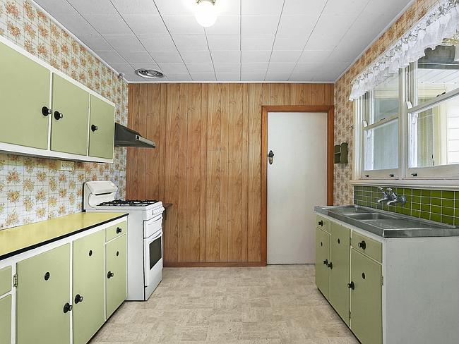 ห้องครัวขนาดเล็กที่ใช้วัสดุราคาถูก