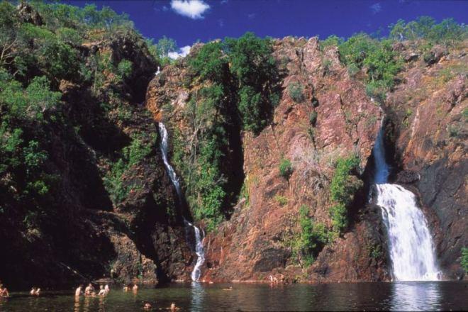 น้ำตก Wangi Falls ที่นาย  William O'Donnell มัคคุเทศก์เก๋พาแบคแพตเกอร์สาวมาตั้งแคมป์แล้วหวังเคลมสวาท