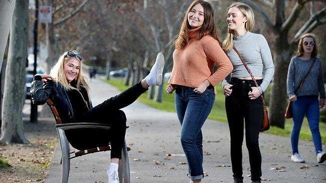สามสาวนักศึกษาสาขาจิตวิทยา, อาชญวิทยา และวิทยาศาสตร์การแพทย์ในนครแอดิเลดยืนยันจะสวมกางเกงยีนส์รัดรูปต่อไป แต่จะเลี่ยงชุดที่รัดเกินไป