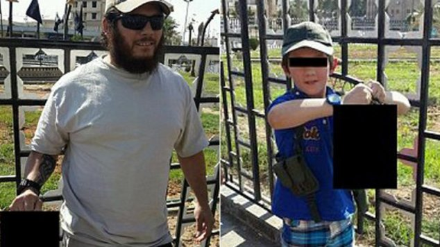 นาย Khaled Sharrouf และบุตรชายขณะชูศีรษะฝ่ายตรงข้า