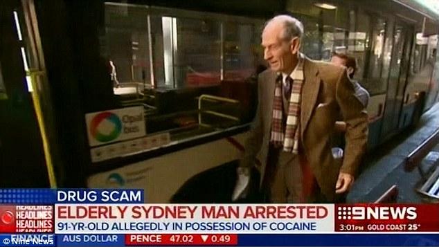 นาย Victor Twartz ขณะออกจากศาลท้องถิ่นกลาง Downing Centre มาขึ้นรถประจำทางกลับที่พัก ภาพจากข่าวทีวี 9News