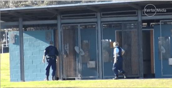 ตำรวจเข้าตรวจบริเวณห้องน้ำที่บริเวณสนามของโรงเรียน ภาพจากทีวี Fairfax Media