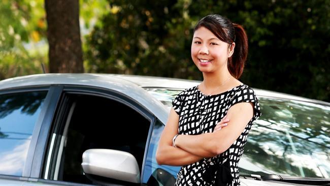 พญ. Hidy Chan ยังยืนยันว่าเธอไม่สูบบุหรี่และไม่เคยทิ้งก้นบุหรี่ออกจากรถ : ภาพชั่วคราวจากนสพ. the Courier Mail