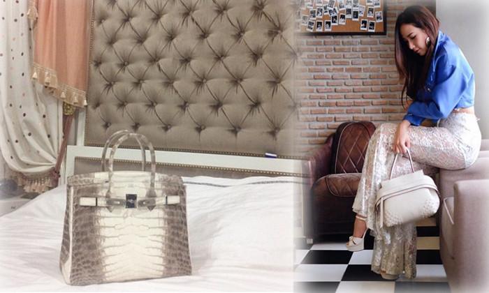 ภาพนี้อ้างว่าเป็นกระเป๋าแอร์เมสเบอร์กินรุ่นหิมาลายาของคุณอั้ม-พัชราภาวางไว้บนเตียงนอนของเธอภาพขวาคือคุณอั้ม ท่าทางเธอจะเป็นคนชอบกระเป๋าถือ : ไม่ทราบต้นฉบับของภาพ