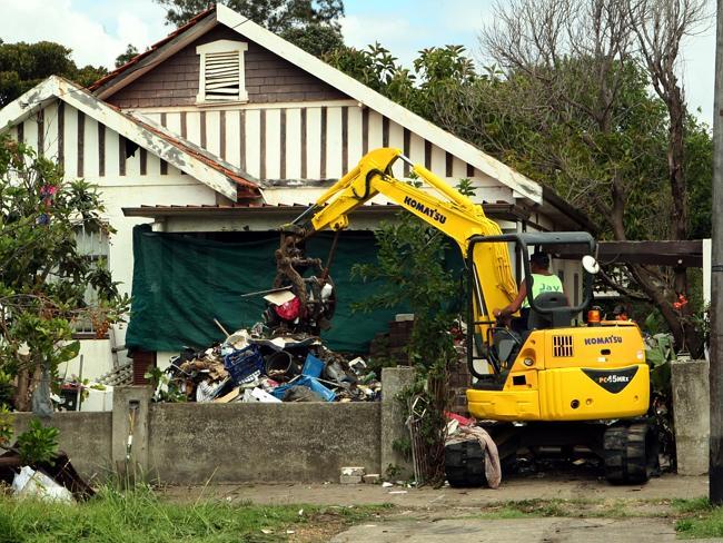 เจ้าหน้าที่ทำการเก็บขยะที่บ้านสะสมขยะแห่ง Bondi ในเดือนเมษายนปี 2014 : ภาพจากนสพ. the Telegraph