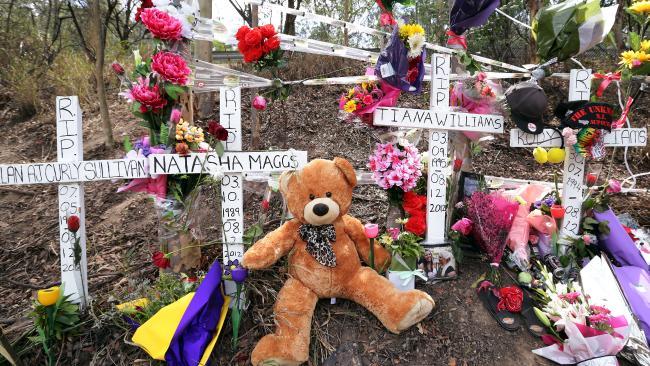 ผู้อยู่อาศัยในพื้นที่นำดอกไม้มาวางไว้อาลัยตรงจุดที่บิดามารดาของด.ญ. Annabelle Maggs ประสบอุบัติเหตุเสียชีวิต : ภาพจากนสพ. the Courier Mail