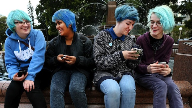 น.ส. Sarah Betar ซ้ายสุดและกลุ่มเพื่อนหัวสีฟ้าที่น้ำพุ Archibald Fountain ภายใน Hyde Park นครซิดนีย์ : ภาพชั่วคราวจากนสพ. the Telegraph