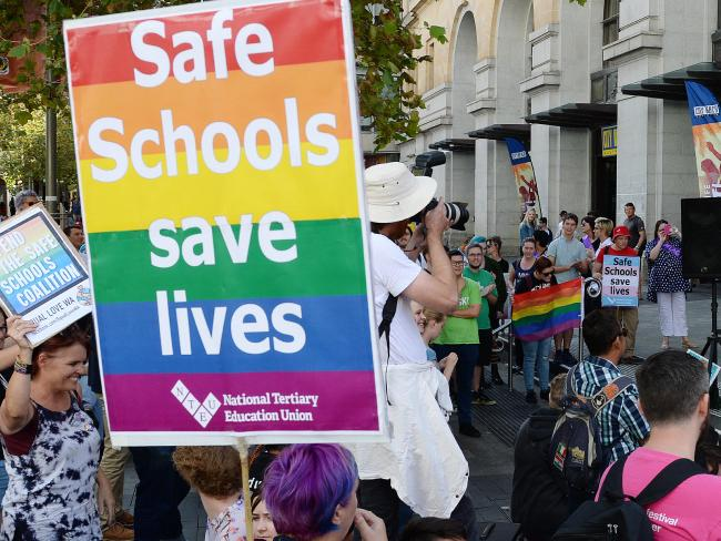 กลุ่ม LGBTI รณรงค์โครงการ Safe Schools ที่ถูกมองว่ากำลังหลงทางทางความคิด : ภาพจากนสพ. the Telegraph