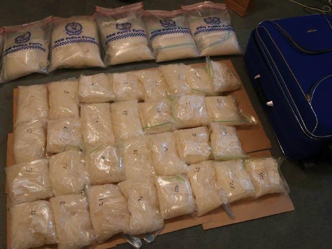 ยาไอซ์ที่จับได้และกระเป๋าเดินทาง : ภาพจากสำนักงานตำรวจรัฐน.ซ.ว.