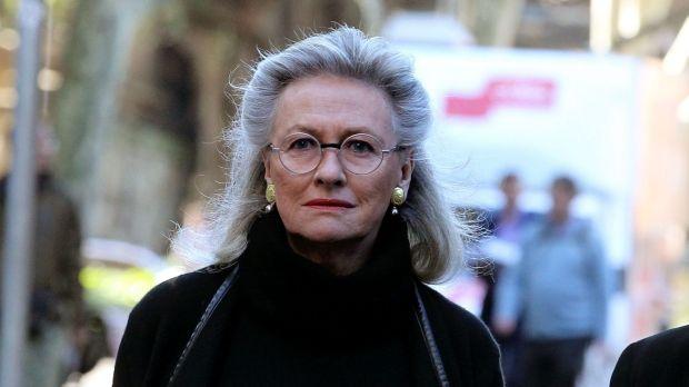 นาง Jill Wran มารดาของน.ส. Harriet Wran มาถึงศาลเพื่อให้กำลังใจบุตรสาว : ภาพจากนสพ. the SMH