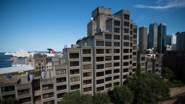 อาคาร Sirius Building แหล่งที่พักสุดท้ายของชนชั้นกรรมาชีพในย่าน The Rocks ได้ปิดฉากลงแล้ว เพื่อเปิดทางให้นายทุนเข้ามาสร้างอพาร์ทเมนท์ระดับหรูทดแทน : ภาพจากนสพ. the SMH