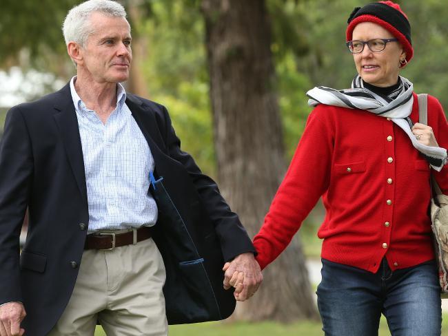 นาย Malcolm Robert และ Christine ภรรยา : ภาพชั่วคราวจากสำนักข่าว News Corp