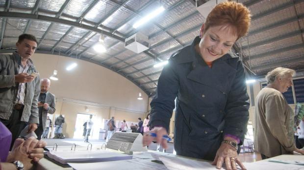 นาง Pauline Hanson ขณะลงคะแนนเสียง (เลือกตัวเอง) ที่คูหาเลือกตั้งที่ Lismore Base Hospital ในรัฐควีนสแลนด์ : ภาพนี้ทิ้งไว้เดือนเศษตอนนี้หาต้นฉบับไม่เจอ