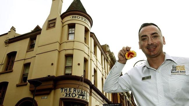 นาย Gary Quass ผู้จัดการโรงแรม Russell Hotel กับพวงกุญแจ flora and fauna : ภาพจากสำนักข่าว News Corp ต้นฉบับ YouTube