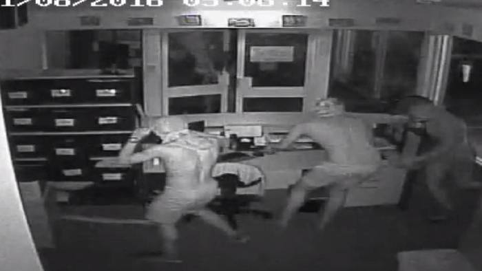 กล้อง CCTV บันทึกภาพคนร้ายใช้ผ้าโพกศีรษะปิดบังใบหน้าอยู่ภายในห้องของฝ่ายจัดการของโรงเรียน Taminmin High : ภาพจากตำรวจนอร์เทิร์นเทร์ริทอรี