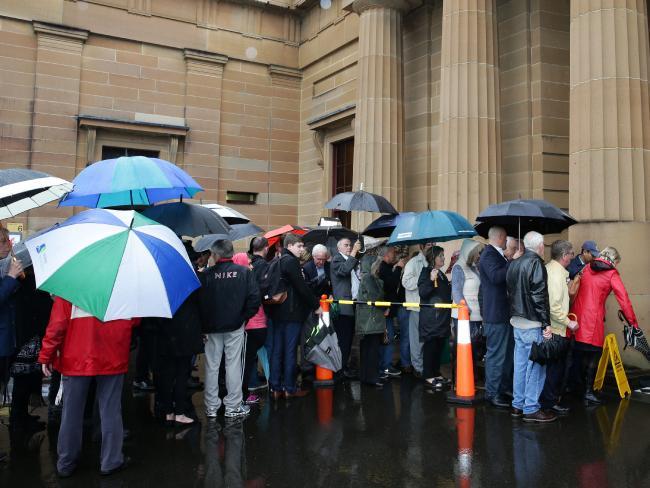 ประชาชนมาเข้าแถวเพื่อรอเข้าฟังคำตัดสินโทษคดีสังหารนาย Jamie Gao แม้วันที่ 2 กันยายนจะเป็นวันที่ฝนตกตลอดทั้งวันก็ตาม : ภาพชั่วคราวจากนสพ. the Telegraph