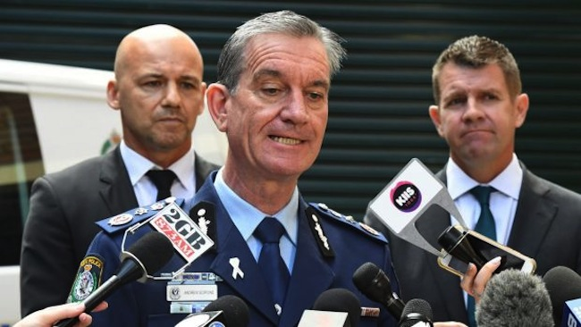 นาย Andrew Scipione ผู้ว่าการตำรวจรัฐน.ซ.ว. (กลาง), นาย Gary Jubelin หน.หน่วยปฏิบัติการ Strike Force Rosann (ซ้าย) และนาย Mike Baird นายกฯรัฐน.ซ.ว. (ขวา) ขณะประกาศให้รางวัล 1 ล้านเหรียญแก่ผู้ให้ข้อมูลจนพบด.ช. William Tyrrell : ภาพชั่วคราวจากนสพ. the SMH