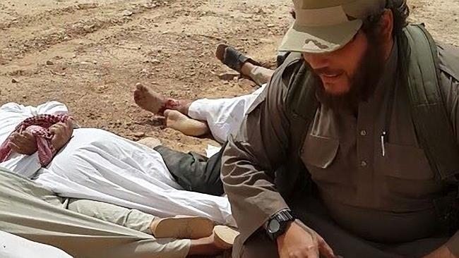 นาย Khaled Sharrouf นักรบสัญชาติออสซี่กับศพชาวอิรักต่างนิกายที่เขาสังหาร ก่อนหน้านี้มีข่าวว่าเขาเสียชีวิตแล้ว แต่รายงานล่าสุดเมื่อเดือนพ.ค. 2016 ว่าเขายังมีชีวิตอยู่แต่ถูก IS จำคุก หมอนี้เป็นตัวอันตรายหากได้กลับเข้าประเทศ : ภาพชั่วคราวไม่ทราบต้นฉบับ