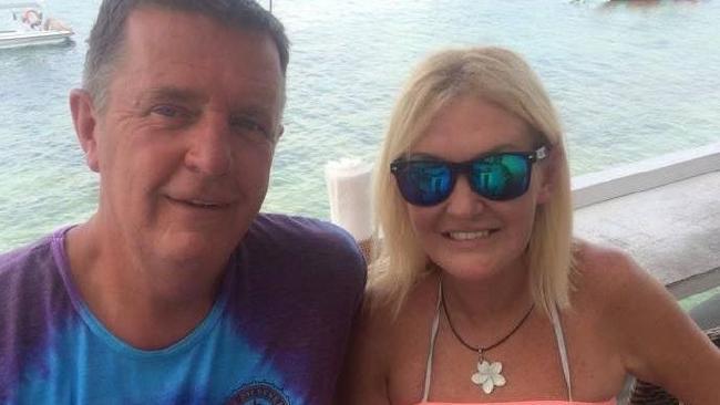 นาง Kerrie Davies และ Greg สามี : ภาพจากเฟสบุ๊ค