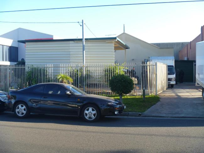 บ้านหลังหนึ่งที่ย่าน Lansvale ติดกับย่าน Cabramatta ของเทศบาลเขต City of Fairfield ที่ตำรวจเข้าตรวจค้นพบปลูกกัญชา : ภาพจากสำนักงานตำรวจรัฐน.ซ.ว.