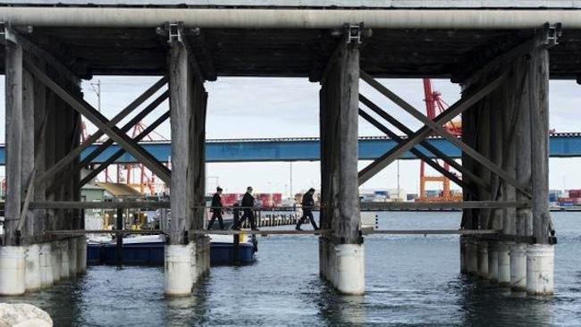 ใต้สะพาน Fremantle Traffic Bridge ที่ตำรวจเชื่อว่าคนร้ายนำกระเป๋าบรรจุศพนาง Annabelle Chen มาทิ้งแม่น้ำ