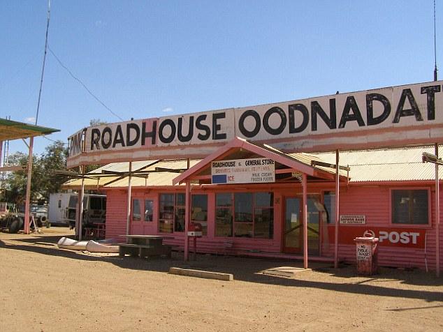โรงเตี้ยม Pink Road House Caravan Park ภายในคาราวานปาร์คของเมือง Oodnadatta ซึ่งถือเป็นแลนด์มาร์คของเมืองนี้ : ภาพจาก  wikipedia.org