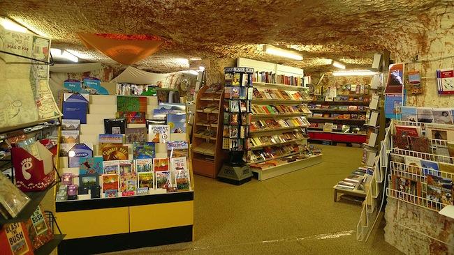 เมือง Coober Pedy เป็นเมืองที่บ้านเรือนอยู่ในใต้ดิน อย่างร้านขายหนังสือร้านนี้ : ภาพจาก wondermondo.com
