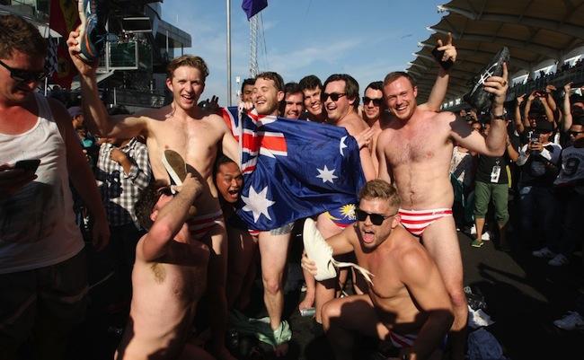 กลุ่ม Budgie Nine สวมกางเกงว่ายน้ำธงชาติมาเลย์ถูกเผยแพร่ภาพไปทั่วโลก : ภาพจาก aisiancorrespondent.com