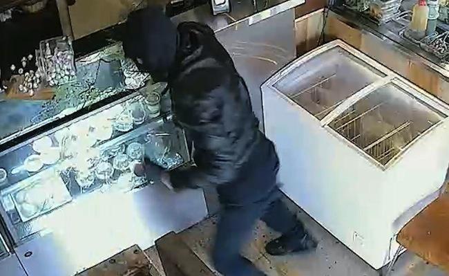 ภาพจากกล้อง CCTV คนร้ายที่ใช้ผ้าคลุมหัวขณะกำลังทำลายข้าวของในร้านอาหาร : ภาพจากสำนักงานตำรวจรัฐเวสเทิร์นออสเตรเลีย